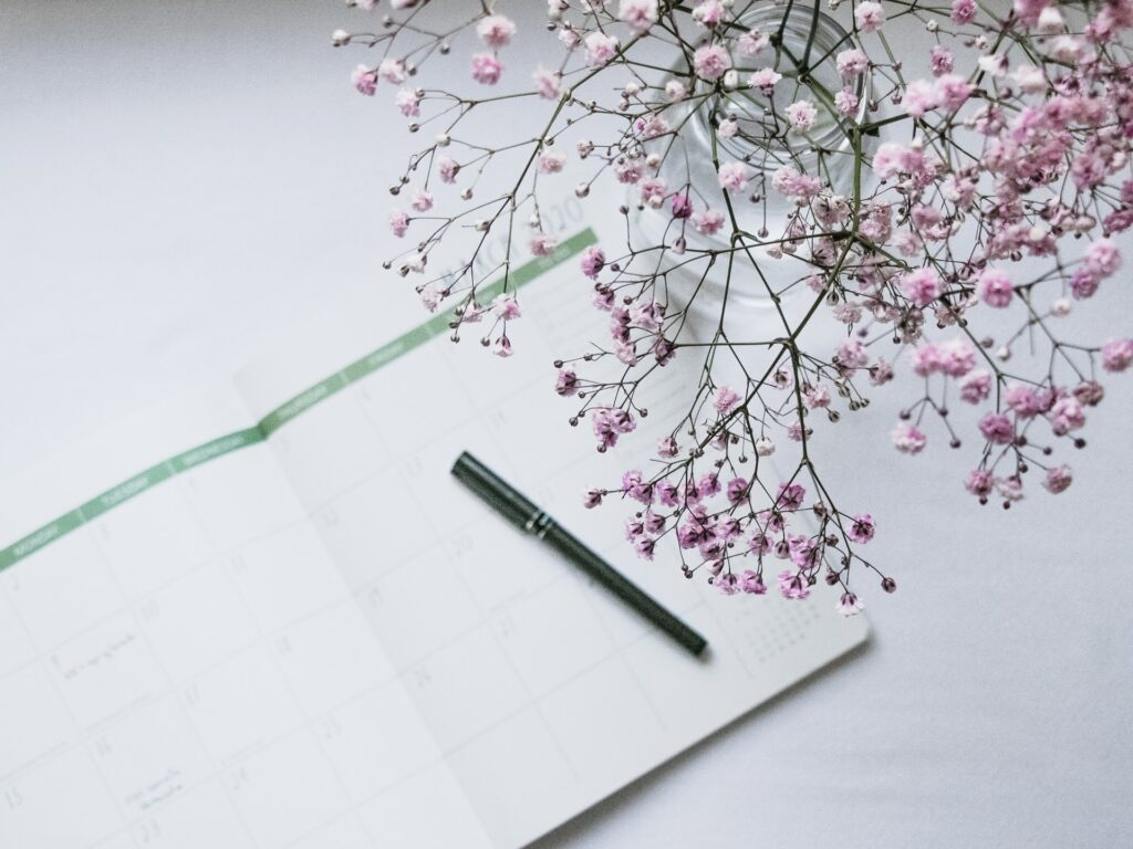 Miten aikatauluttaa työelämä niin, että kalenteri hengittää eikä huohota? Miten rytmittää työpäivät niin, että toisaalta saa asioita tehtyä ja toisaalta saa tauotettua tekemistä? Miten rakentaa tasapainoinen työkalenteri? Niin, että myös arjessa on mahdollisuus palautua ja voida hyvin.